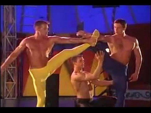 mulheres peladas em show de homens gays