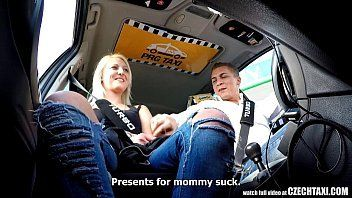 Loirinha mamando dentro do carro fazendo putaria cine novinhas