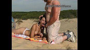 Metendo gostoso na morena magrinha no meio da praia de nudismo