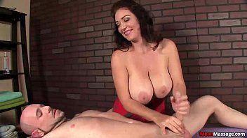 Peituda na massagem tocando punheta pro cliente