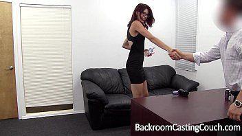 gp1 sexo moreninha fazendo sexo com o chefe na mesa do escritório