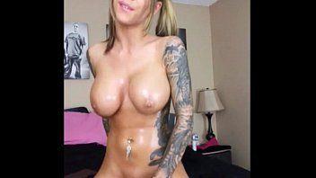 loirinha tatuada se masturbando