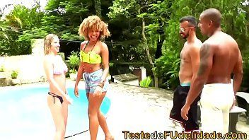 Brasileirinhas malandras safadinhas transando com vontade na beira da piscina com dois marmanjos de sorte