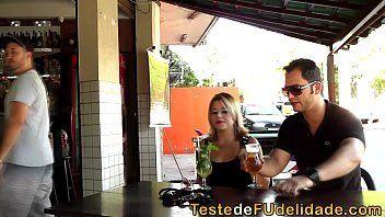 Casa das brasileirinhas safadas com a morena do cabelo pintado metendo dentro do bar