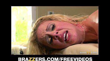 Loira gostosa da brazzers chorando na rampa quando a rola entra