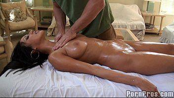 Massageou corpo da morena gostosa e ela gozou muito