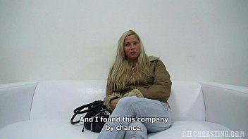 Mulher trepando após entrevista de emprego