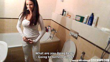 sexo amador com novinha no banheiro