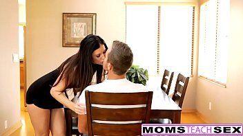 Puta morena tocando siririca na frente do marido até ele sentr vontade de fuder
