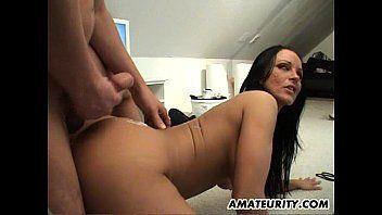 Video de sexo amador com uma morena super gostosa de quatro levando uma boa pingolada de seu macho bom de foda