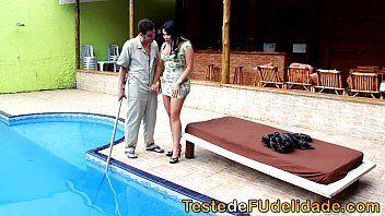 Video porno brasileiro com uma morena gostosa demais seduzindo um cara que cuida de sua piscina