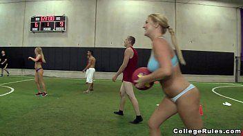 Duas novinhas gostosas boqueteiras mamando com vontade a piroca do treinador dotado