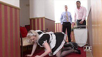 Empregada gostosa e bem safadinha transando com dois chefes de casa que agurdavam mamãe