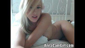 Ixxx com a danadinha da loirinha se siriricando com tudo na frente de sua webcam e fazendo um bom vídeo amador