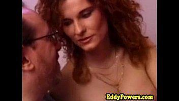 Xvides porno online com uma ruivona da xoxota cabeluda dando para um coroa em um porno bem mais antigo