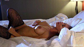 Xxx porno com uma morena super gata e toda gostosona mesmo que tem peitos grandes e bunda deliciosa se exibindo em cima da cama