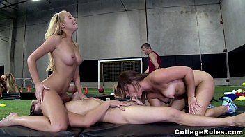 Amigas de escola fazendo sexo com um jogador sortudo do time da faculdade