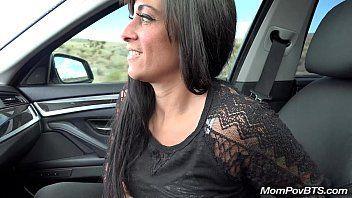 Gostosa em video sexo dentro do carro com o dotado filmando toda a putaria