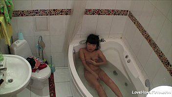 Cadelinha se masturbando e tomando um banho de banheira