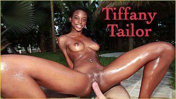 Negra amadora sentando no caralho gigante