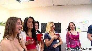 Varias ninfetinhas fazendo strip em uma festa universitária