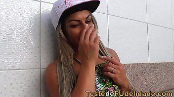 Video porno brasileiro com a morena de biquíni verde e amarelo fazendo uma homenagem a seleção brasileira