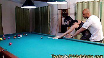 Video porno brasileiro com essa morena sapeca e bem gostosa dando para valer para uma careca em cima da sinuca