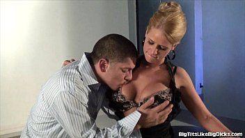 Video porno com uma loirinha bem tesuda que tem peitos grandes deixando seu macho devorar eles todinhos como um bezerro