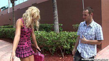 Cena de sexo com uma loirinha universitária que é um tesão de tão deliciosa que tem um corpinho magrinho que é um tesão
