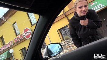 Loirinha deliciosa dando gostoso dentro do carro pro seu namorado