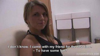 Porno teen com uma novinha sem vergonha dentro de um apartamento pagando um boquete daqueles bem gulosos para seu macho