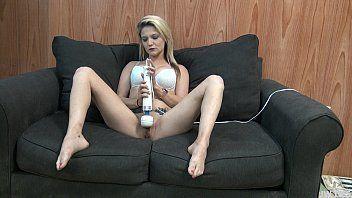Video de sexo gostoso com a loirinha deliciosa se masturbando no sofá do escritorio