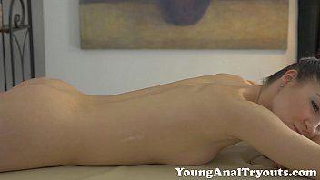 Video porno online e gratis com o massagista metendo o ferro em sua bela paciente que é uma magrinha do peitinho pequeno