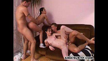 Bucetas amadoras fazendo um sexo em grupo caseiro que rola no meio da sala e em cima do sofá mesmo