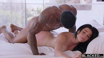 Ixxx com um negão bem dotado passando a piroca na esposa de seu melhor amigo em cima da cama dele mesmo