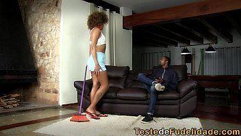 Pornozinho brasileiro com uma negra bem safadinha mesmo que é uma empregada gostosa pra caralho