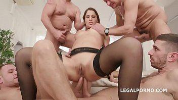 Sexo anal em grupo com uma morena safada dando para uma galera que nem da para contar com quantos ela fode