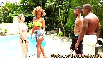 Xbideos Brasil com uma negra safada da bunda grande e uma loira sem vergonha fazendo um sexo a três bem legal
