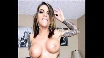 Xivideos com uma tatuada bem safada que acabou de colocar silicone nos peitos e fica na frente da webcam peladinha