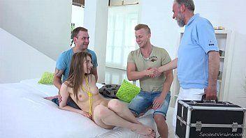 Xvideos novnhas com essa coisinha linda e magrinha fazendo sexo em grupo com mais três caras bem dotado no meio da sala