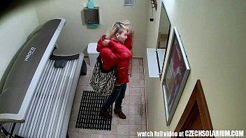 Xvideos porno amador com uma loirinha bem sem vergonha que foi tomar um bronze artificial e acabou caindo na internet