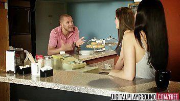 Video de sexo grátis com um careca convencendo a loirinha fogosa e bem gostosa na cafeteria para foder com ele