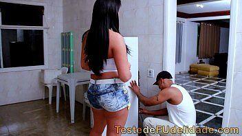 Videos de sexos com uma morena safada dando em cima do negão bem dotado que foi arrumar a geladeira de sua casa