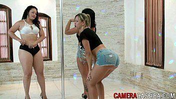Videosdesexo com um monte de mulher gostosa do porno brasileiro rebolando de shortinho socado na bunda ate o chão com tudo