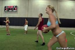 Filme porno colegas da faculdade fodendo com time de futebol inteiro