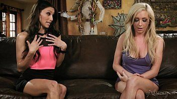 Vídeo de lésbica chupando a amiga loira safada da boceta molhada.
