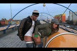 Safada dando na passarela para um turista