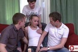 Videos putaria de uma novinha linda e sem vergonha fazendo um sexo em grupo com três de seus primos