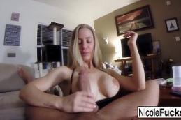Brasileira nua novinha fazendo sexo oral na piroca do seu namorado