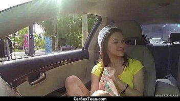 Estudante novinha pelada se masturbando dentro do carro